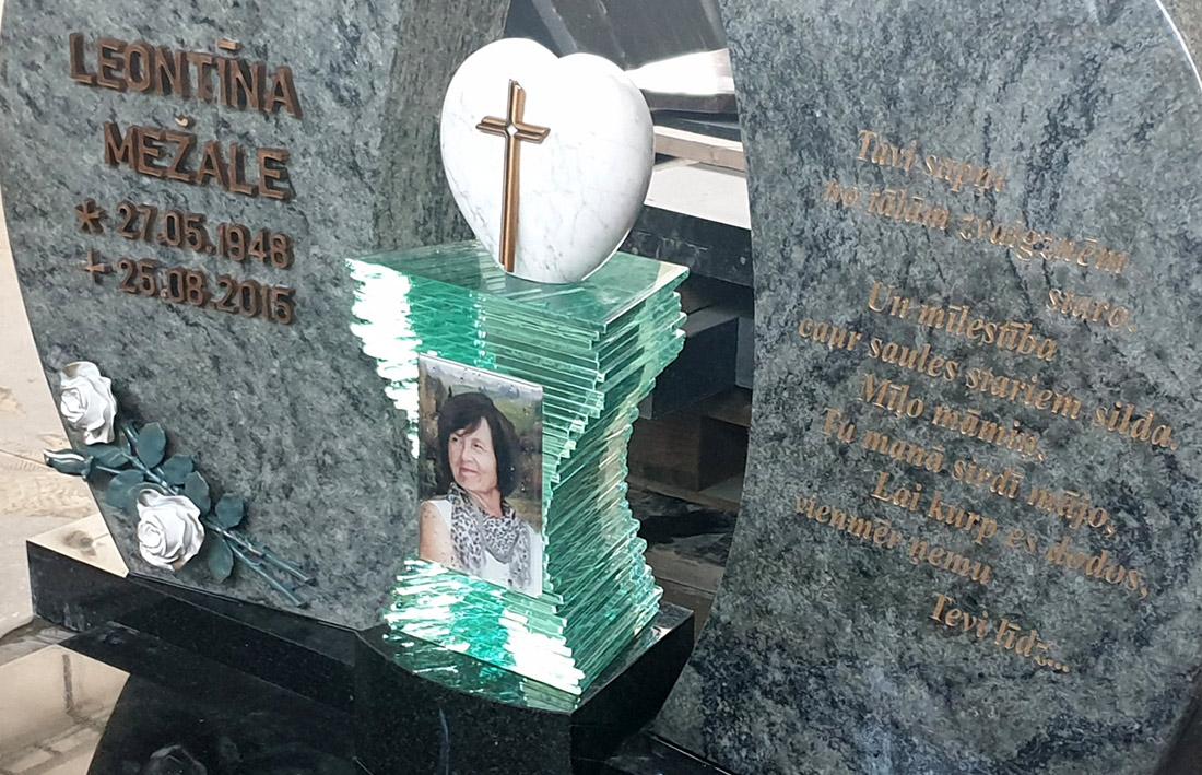 Ekskluzīvs kapu piemineklis no zaļa granīta ar Cagiatti bronzas burtiem un aksesuāriem