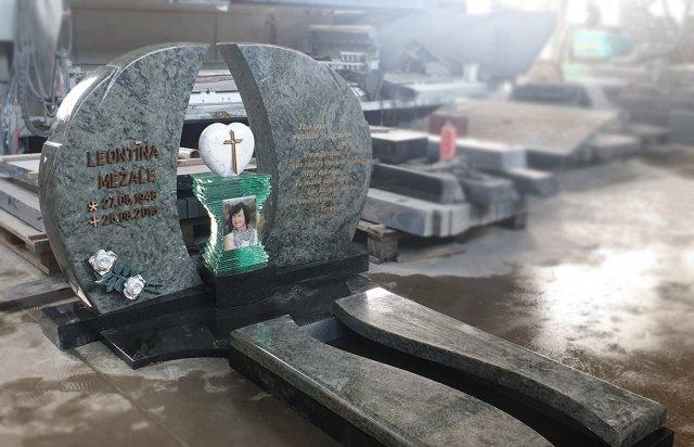 Ekskluzīvs kapu piemineklis no zaļa granīta ar kapu plāksni no zaļa granīta