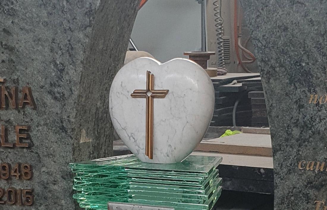 Ekskluzīvs kapu piemineklis ar stikla postamentu