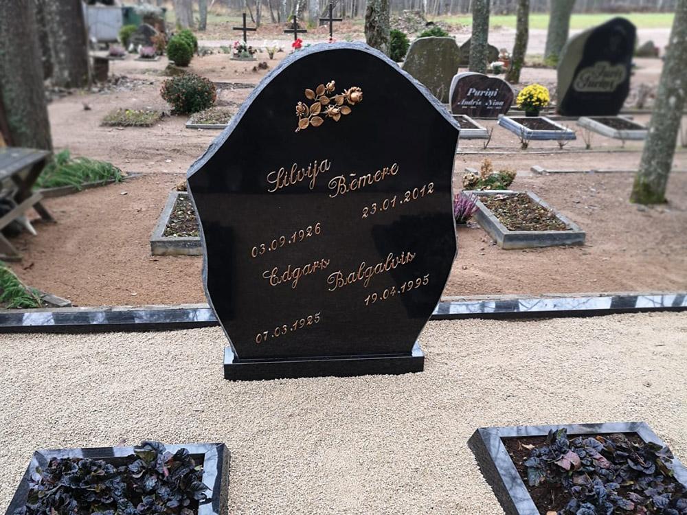 Pulēts kapu pieminekļis no Zviedrijas melna granīta