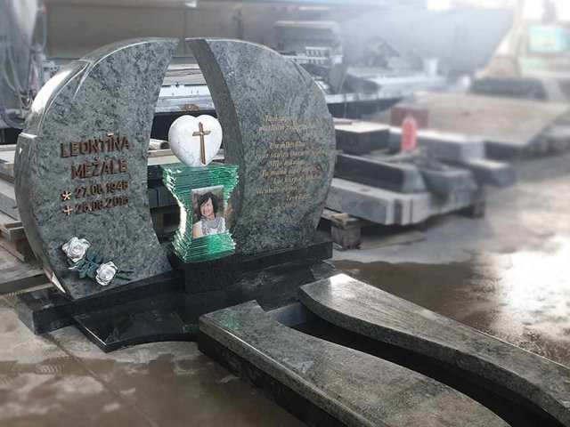 Ekskluzīvs kapu piemineklis ar stikla un marmora detaļām