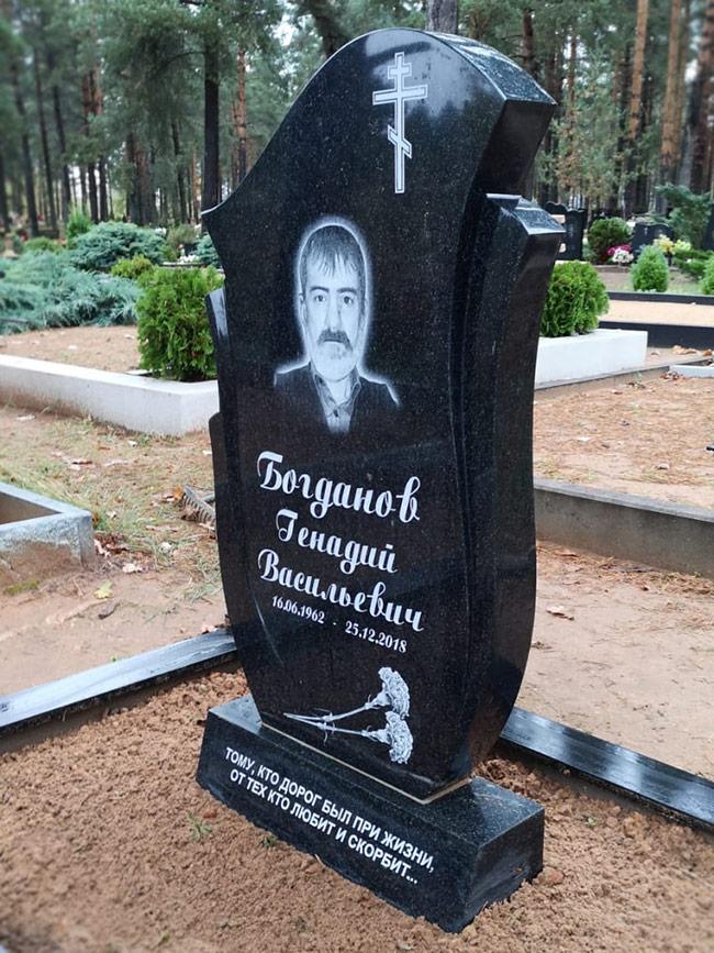 Pulēts sarežģītas formas kapu piemineklis ar portretu